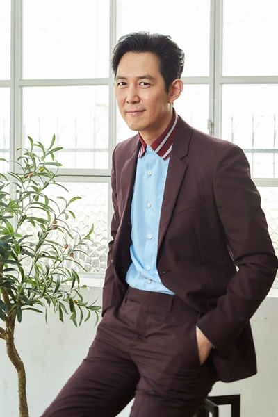 배우 이정재는 영화 <신과 함께> 시리즈에서 염라대왕 역을 맡았다. 2편에서 염라대왕은 세 차사와의 연결고리가 되는 캐릭터로 기능한다.