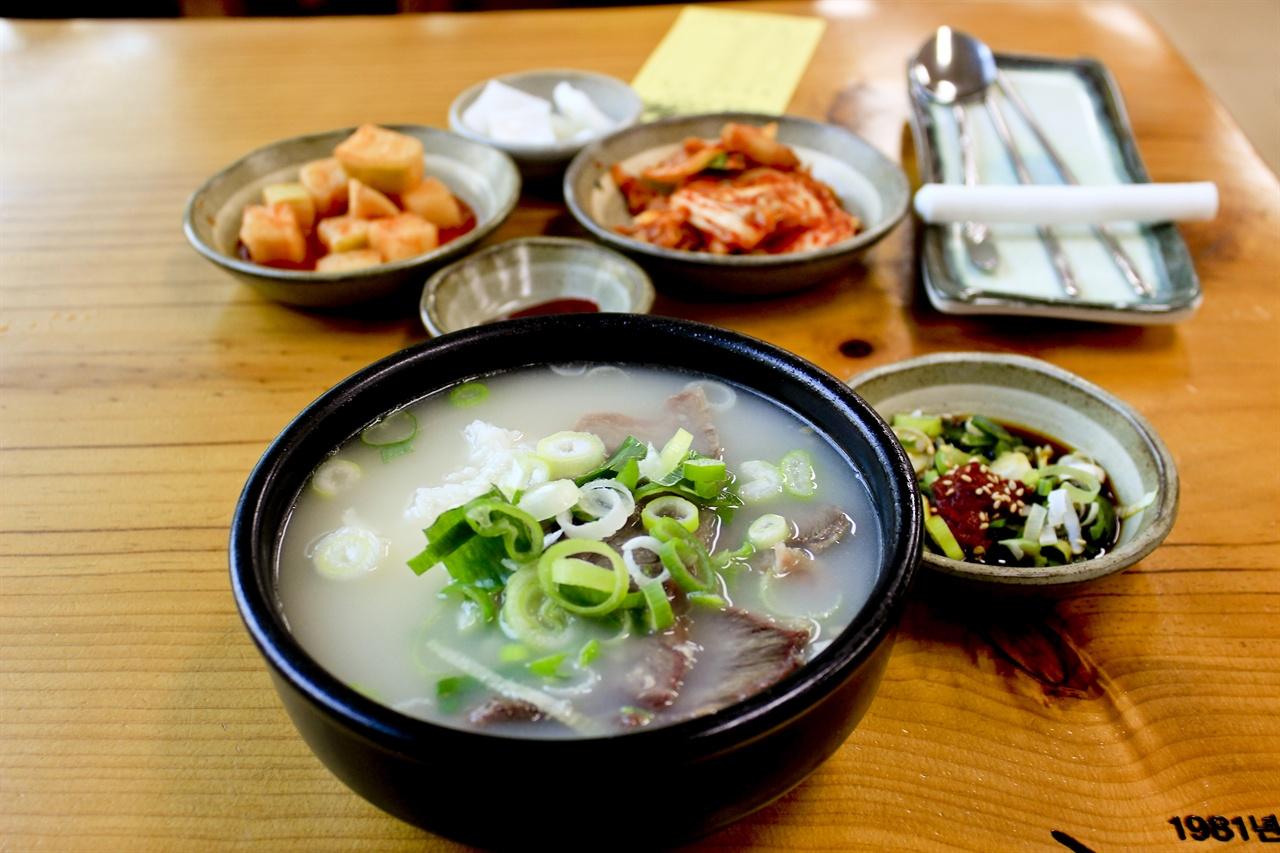 소머리국밥만큼 재료와 이름이 직관적으로 맞는 음식 찾기도 어려울 것이다. 곤지암의 소머리국밥은 전국적으로 이름이 알려져있다.