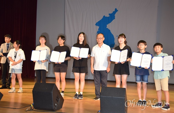 """경남평화회의는 7월 27일 저녁 창원 늘푸른전당에서 """"평화와 통일을 노래하다""""는 제목으로 '7.27 65주년 평화콘서트'를 열었고, 김영만 상임의장이 수상자들과 함께 사진을 찍었다."""
