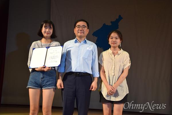 """경남평화회의는 7월 27일 저녁 창원 늘푸른전당에서 """"평화와 통일을 노래하다""""는 제목으로 '7.27 65주년 평화콘서트'를 열었고, 허성무 창원시장이 수상자들과 함께 사진을 찍었다."""