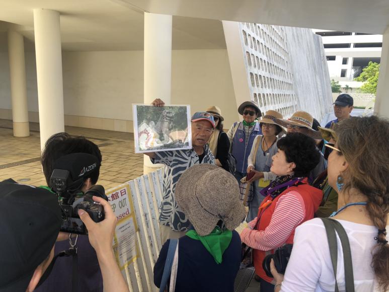 오키나와 마을과 집의 수호신 역할을 하는 시샤(사자) 사진을 보여주며 설명해 주시는 오키모토 선생님