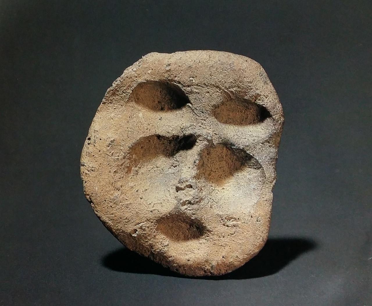 사람 얼굴 흙인형 신석기 시대. 가로 4.3cm. 높이 5.1cm. 이 흙인형은 서울대학교박물관에 있었는데, 지난 2011년 10월 오산리선사유적박물관으로 옮겨 왔다.