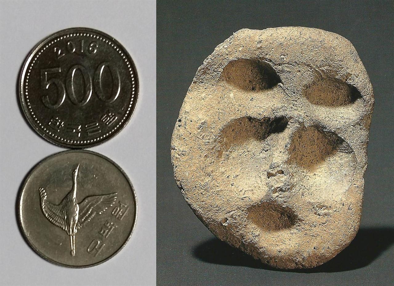 사람 얼굴 흙인형의 실제 크기 흙인형 높이는 5.1cm다. 오백 원짜리 동전 지름이 2.6cm이니까 동전 두 개를 이어 놓은 크기다.