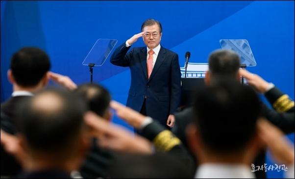 27일 청와대 영빈관에서 열린 전군주요지휘관 회의에서 거수경례를 받고 있는 문재인 대통령
