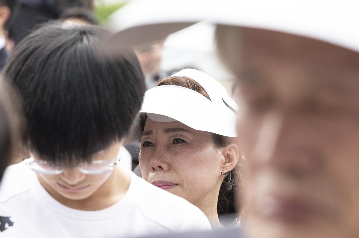 27일 오전 국회에서 고 노회찬 정의당 원내대표의 영결식이 엄수된 가운데 영결식에 참석한 시민들이 슬픔을 가누지 못하고 있다.