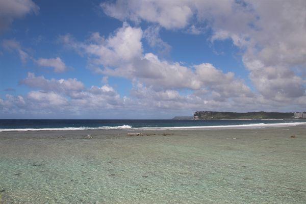 파도가 저기 바다색이 다른 곳까지만 밀려오는 모습