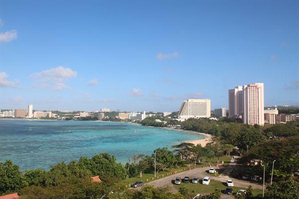 괌 오션뷰 체인호텔 발코니에서 본 투몬비치 해변 모습