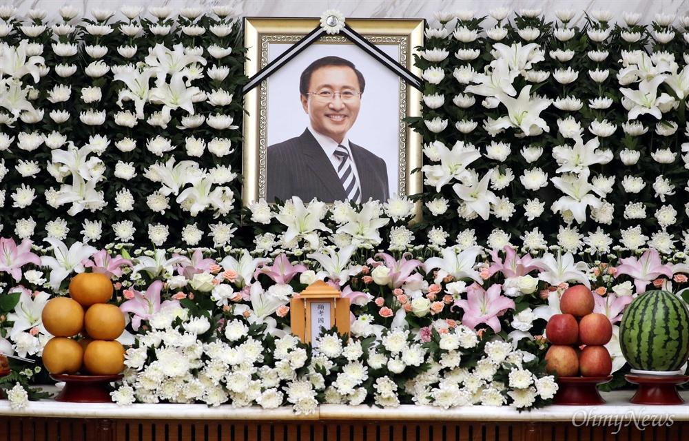 영정 속 노회찬은 웃고 있었다  23일 오후 서울 서대문구 연세대 세브란스병원 장례식장에 고 노회찬 정의당 원내대표의 빈소가 마련됐다. 사진은 빈소 모습
