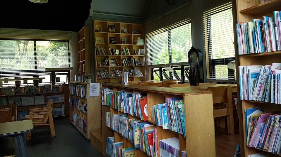 지방자치단체의 도움없이 도서관을 운영하다 보니 에어컨 없을뿐더러 전기료를 감당하지 못해 여름과 겨울에 네달간 휴관을 한다고 한다. 그렇지만 찾아오는 아이들과 가족들을 위해서 휴관이라는 팻말이 붙어있지만, 문은 항상 개방시켜놓아 누구라도 들어가서 책을 읽을 수 있다.