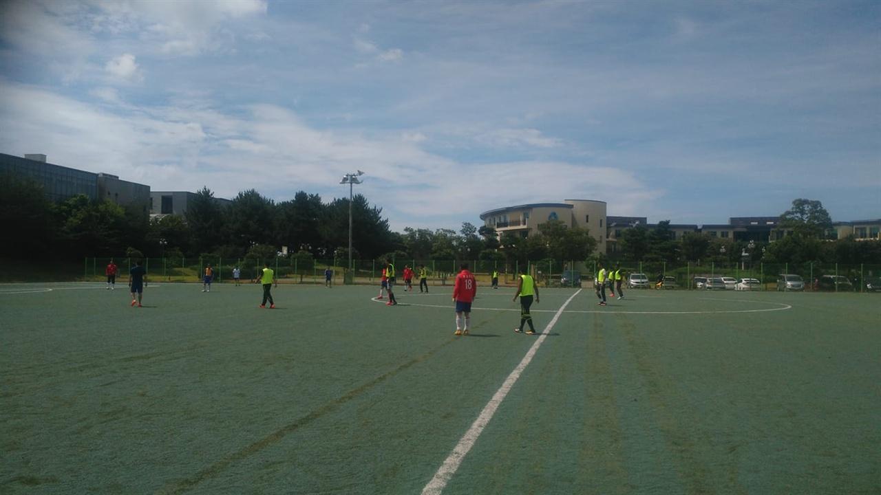 제주에 온 예멘 난민들이 한국인들과 축구하고 있다
