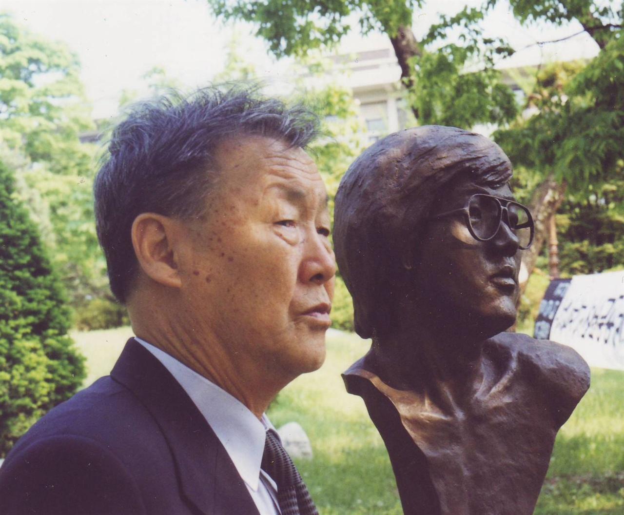 아들 박종철 흉상 옆에 선 아버지 박정기 선생.