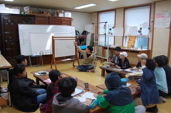 ▲ 보물섬 학교의 신축 공사가 진행되는 동안 임시 교실에서 수업하고 있는 김광철 교사와 학생들.