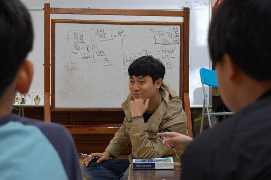 ▲ 김광철 교사가 수업 중 학생들의 이야기를 경청하고 있다.