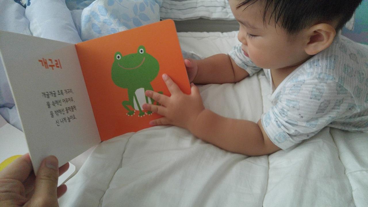 침대에 엎드려 아빠와 함께 책 읽기