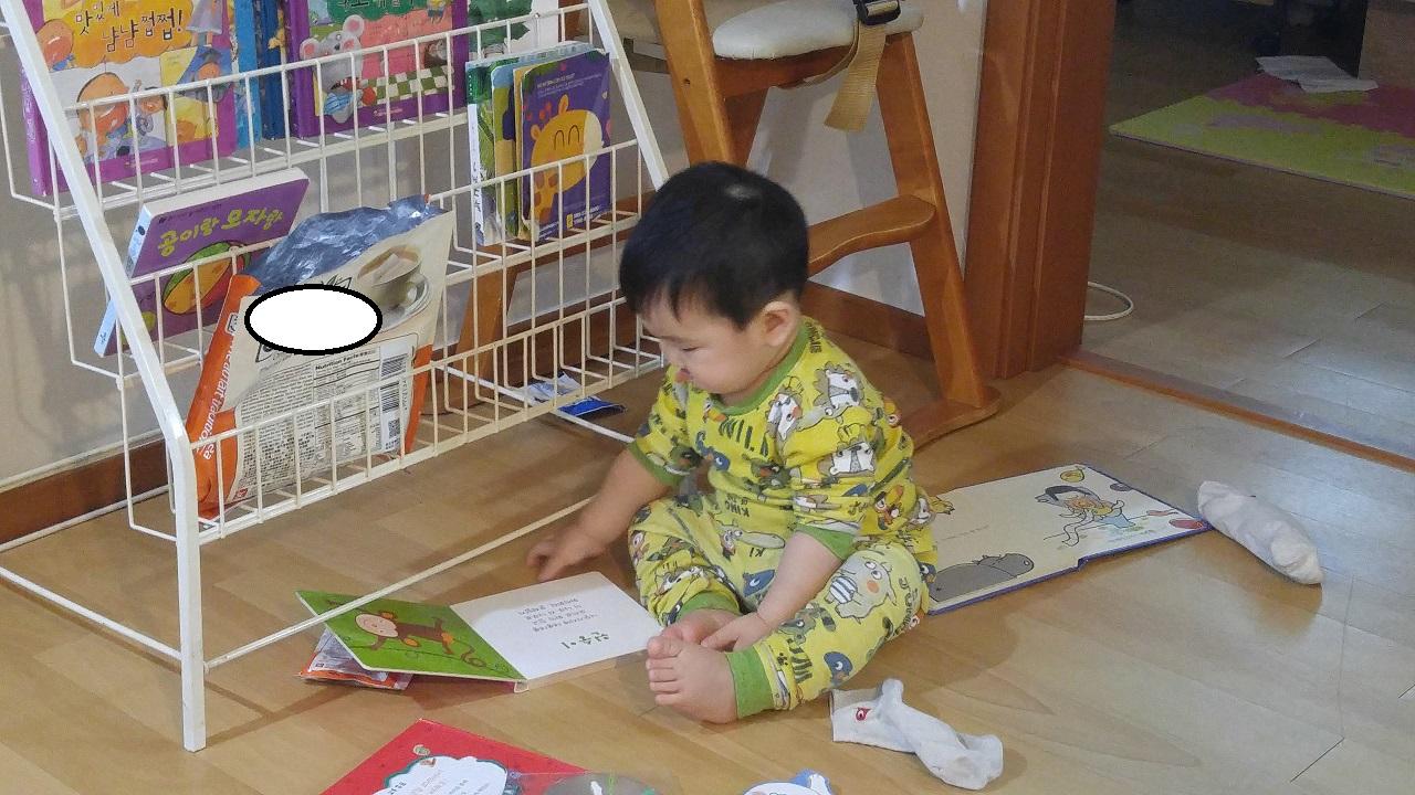 아기가 책에 관심을 갖도록 집안 곳곳에 책을 놓아 둔다
