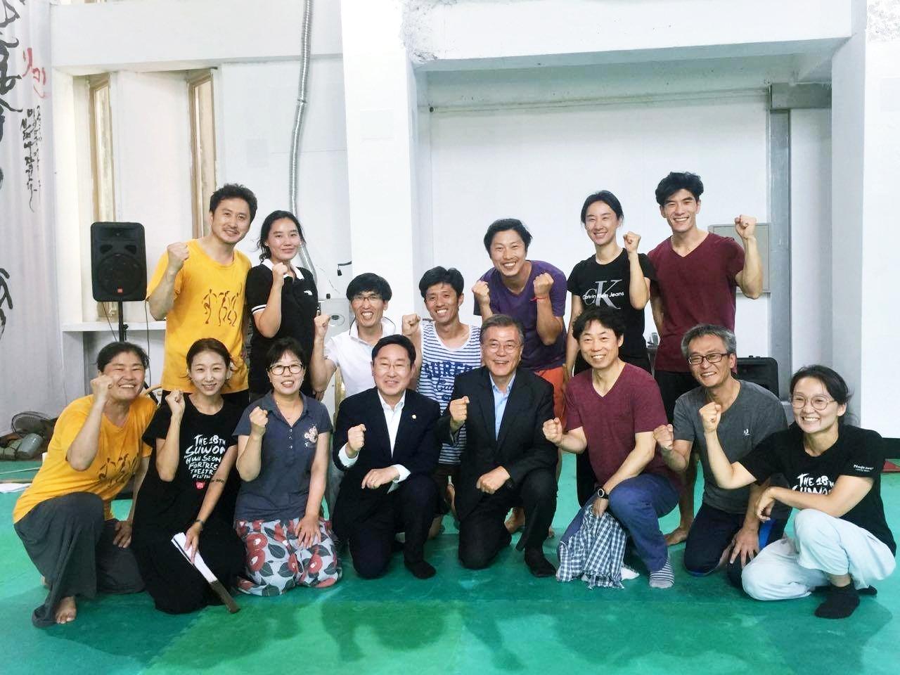 문재인 대통령과 함께 2016년 8월 문재인 대통령이 더불어민주당 대표직을 내려놓았던 시절, 박범계 국회의원과 함께 우금치 극단을 방문하였을 때 단원들과 함께 기념으로 찍은 사진이다.