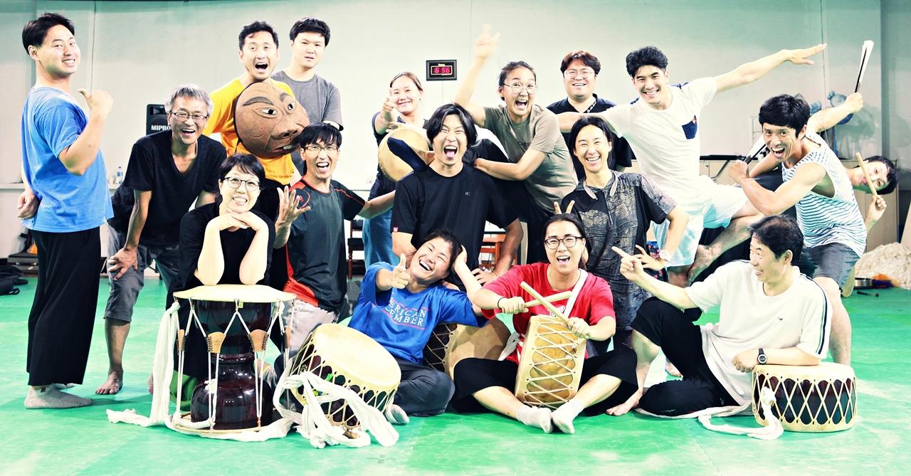 우금치 단원들 우금치는 한국에서 가장 대표적인 마당극 공연단체이다. 30여개 이르는 레퍼터리를 모두 단원들이 직접 창작하고, 매년 평균 120회 이상의 전국순회공연을 하는 등 활발히 활동하고 있다. 약 20여명의 전업단원으로 구성되어 있으며, 1990년 창단 이래 2500여회에 이르는 창작극 공연으로 민족문화예술의 대중화를 위해 노력하고 있다.