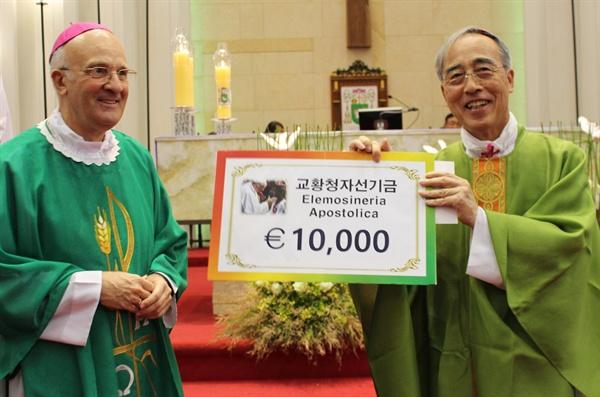 프란치스코 교황이 알프레드 슈에레브 주한교황대사를 통해 제주 예멘 난민을 위해 자선기금 1만 유로를 강우일 주교에게 전달했다.