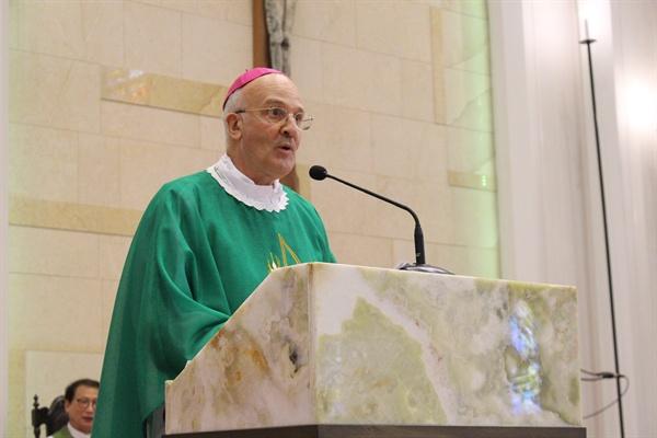 프란치스코 교황이 알프레드 슈에레브 주한교황대사를 통해 제주 예멘난민을 위해 자선기금 1만 유로를 강우일 주교에게 전달했다.