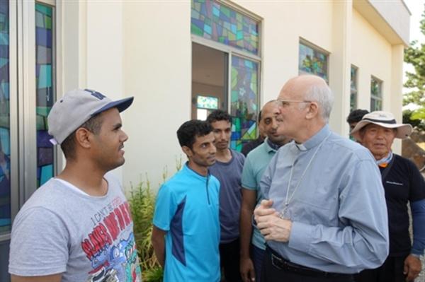 알프레드 슈에레브 주한교황대사가 제주 예멘 난민을 만나고 있다.