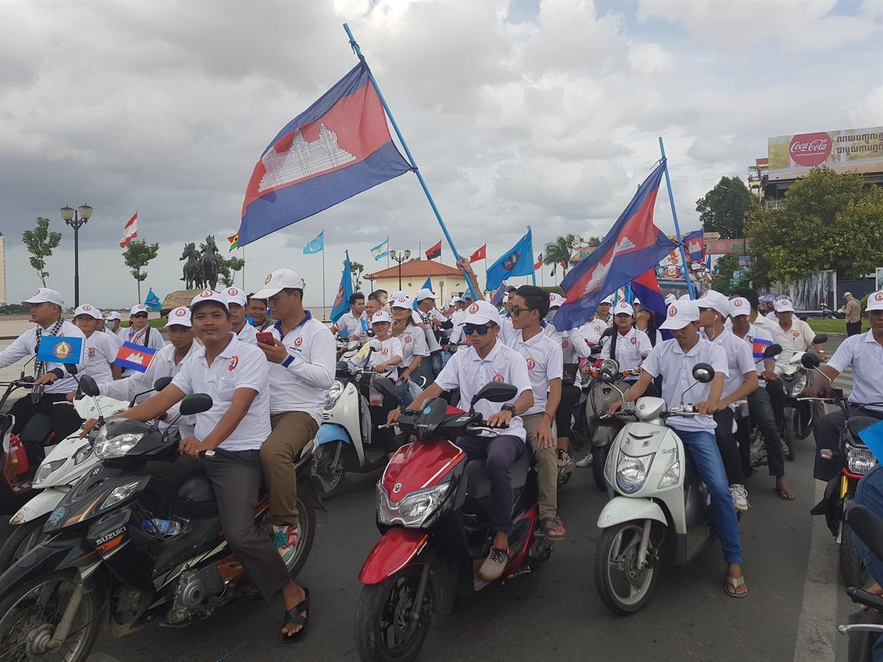 공식선거유세기간 마지막날인 지난 7월 27일 프놈펜시내 거리유세에 나선 집권 인민당(CPP) 지지자들의 모습.