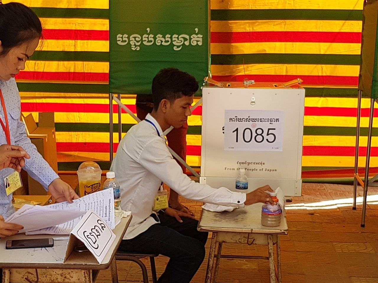 투표함 하단에 'From The People of Japan'(일본국민들로부터)라는 작은 글씨가 보인다. 일본은 이번 캄보디아총선에 투표함 1만여 개와 픽업트력 40대를 지원했다.