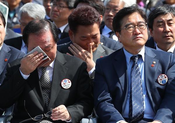 2018년 4월 3일, 당시 송영길 더불어민주당 의원(가운데), 노회찬 정의당 원내대표가 제 70주년 4·3희생자 추념식 도중 '잠들지 않는 남도' 합창을 들으며 눈물을 흘리고 있다.