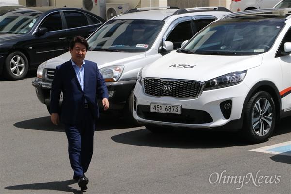 권영진 대구시장이 31일 오후 공직선거법 위반으로 조사를 벋기 위해 대구지검에 출두하고 있다.