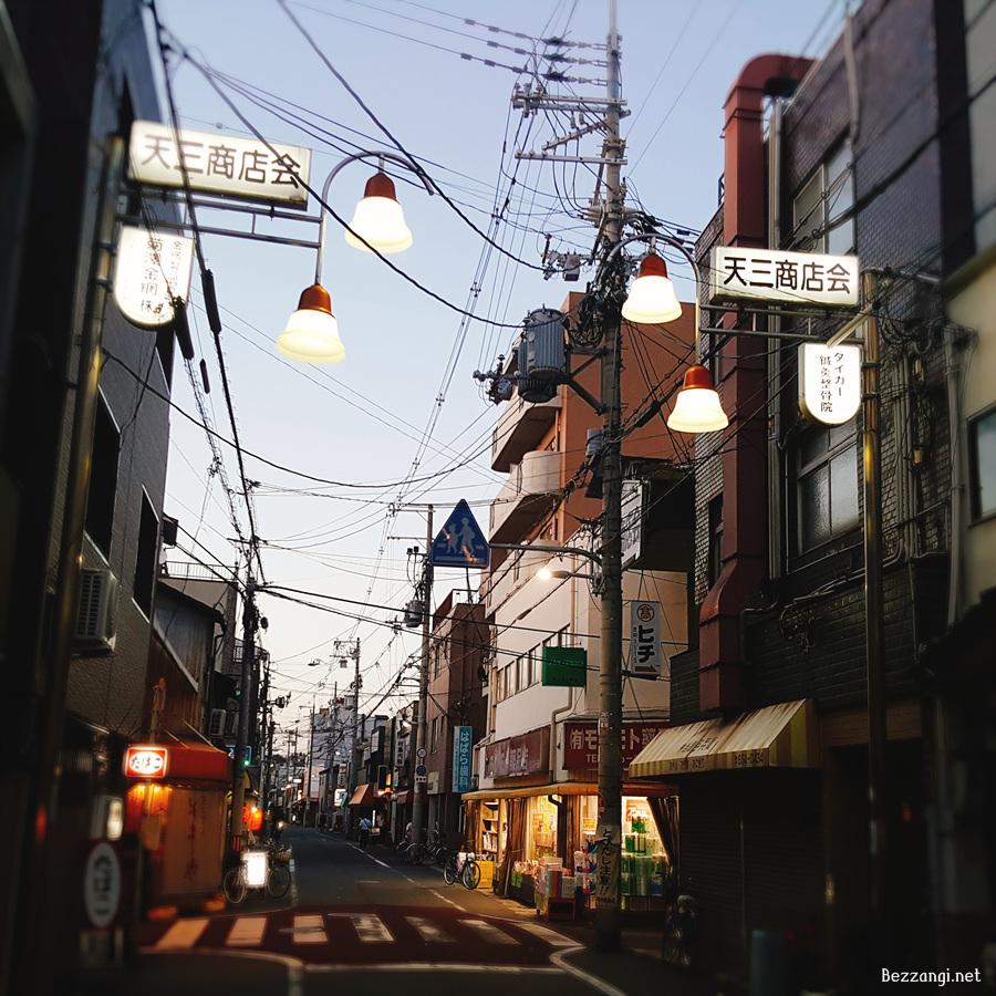 작은 가게들이 점점이 박혀 있던 오사카의 주택가