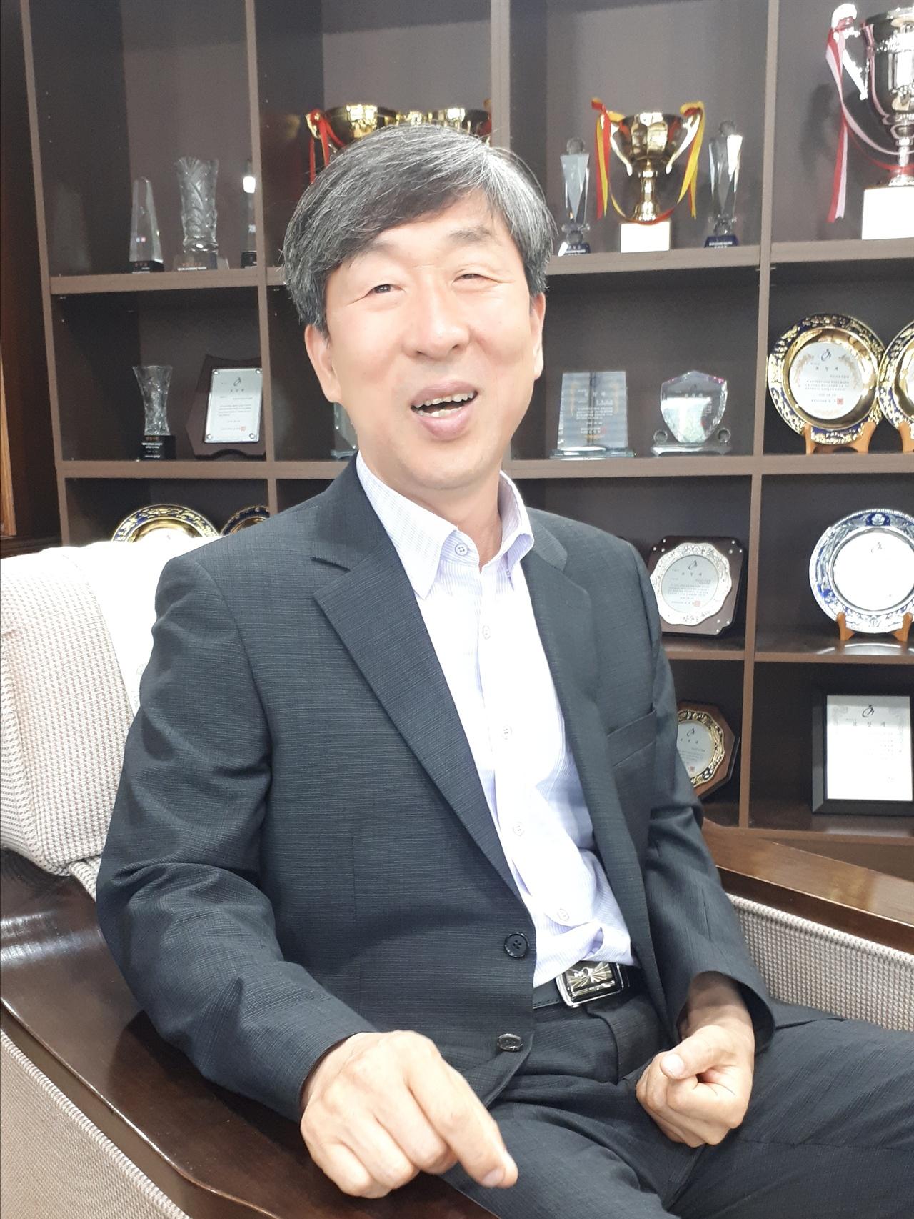 사진2 자신의 책을 설명하기가 무척 쑥스러운 이심훈 교육장.