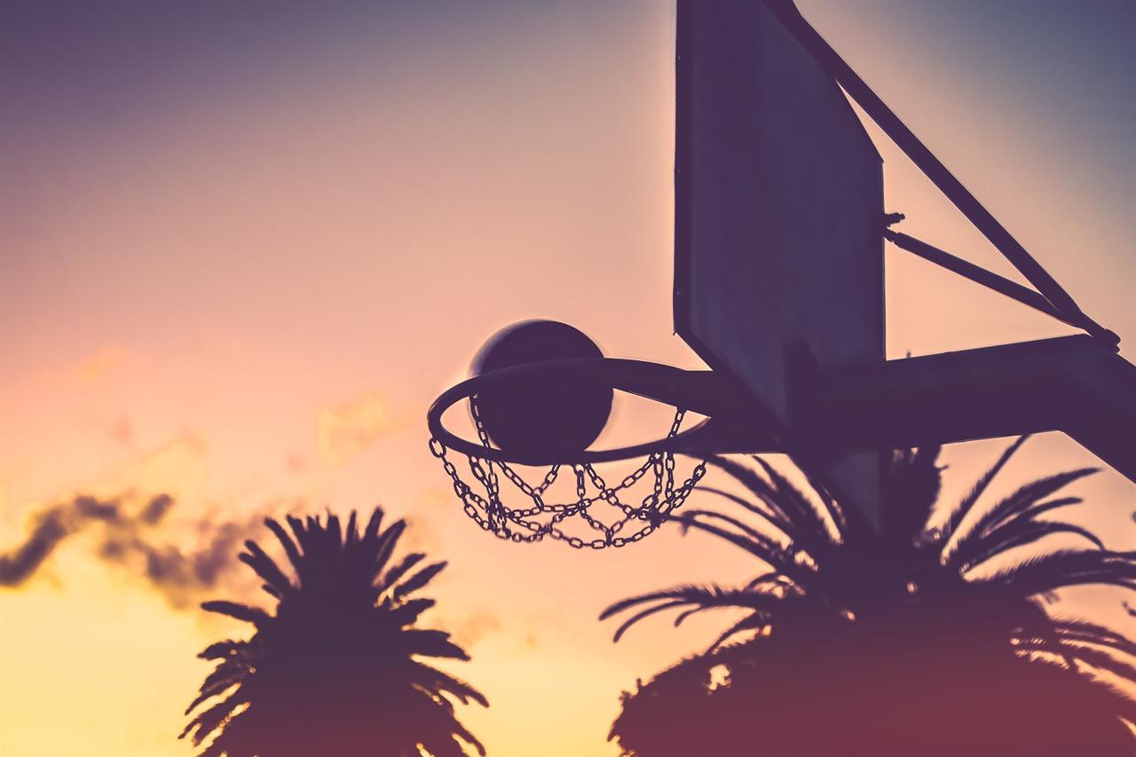 석양과 농구  공이 골망을 가르는 순간의 느낌은 짜릿함 그 자체다.