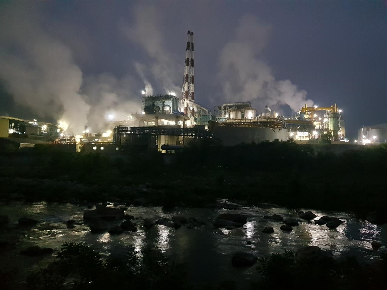 새벽에도 공해공장은 돌아간다. 24시간 풀가동하면서 각종 오염물질을 내보내고 있다.