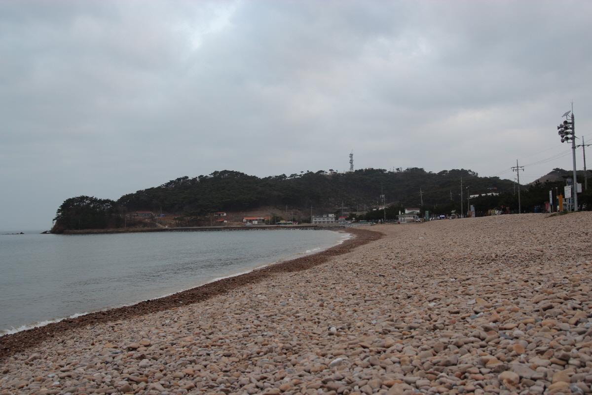 방포해변의 몽돌 밭이 가지런합니다. 방포해변은 길지 않지만 편의시설이 잘 갖춰져 있습니다.