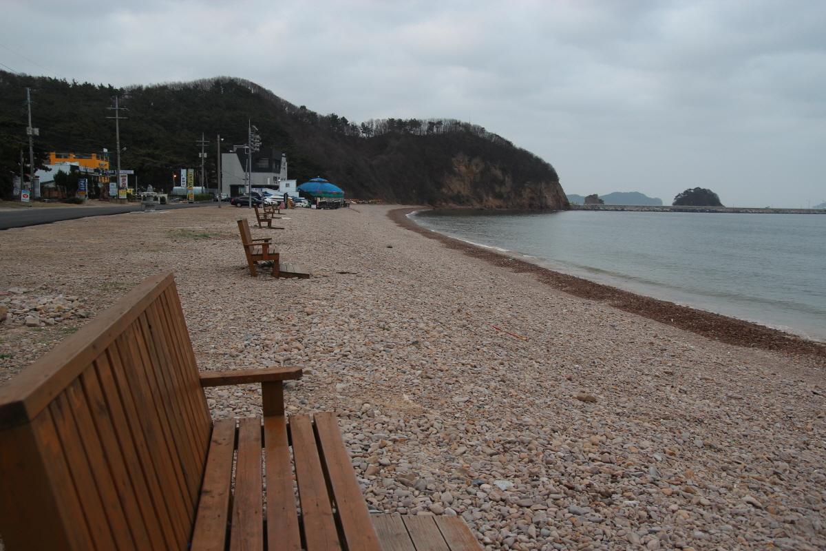 방포해변, 해변 가로 가지런히 놓인 긴 의자에 앉아 방포 등대와 먼 바다를 조망할 여유가 있다면 그건 '행복'이란 단어로 설명하기엔 부족하답니다.