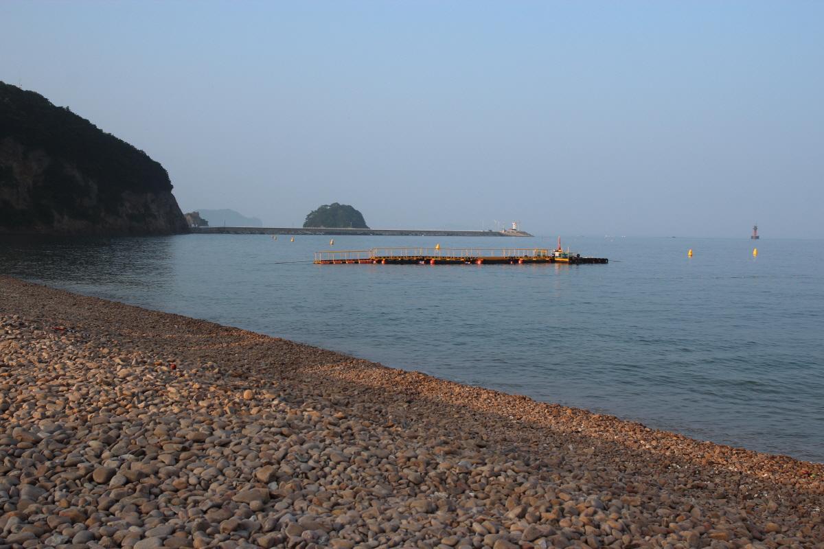 그간 없었던 보트 선착장도 바다 가운데 저쪽으로 보이고요. 여름 피서객을 위해 마련된 임시 배 정류소입니다. 이곳에서 보트를 타고 바다를 가르면 시원하겠지요.