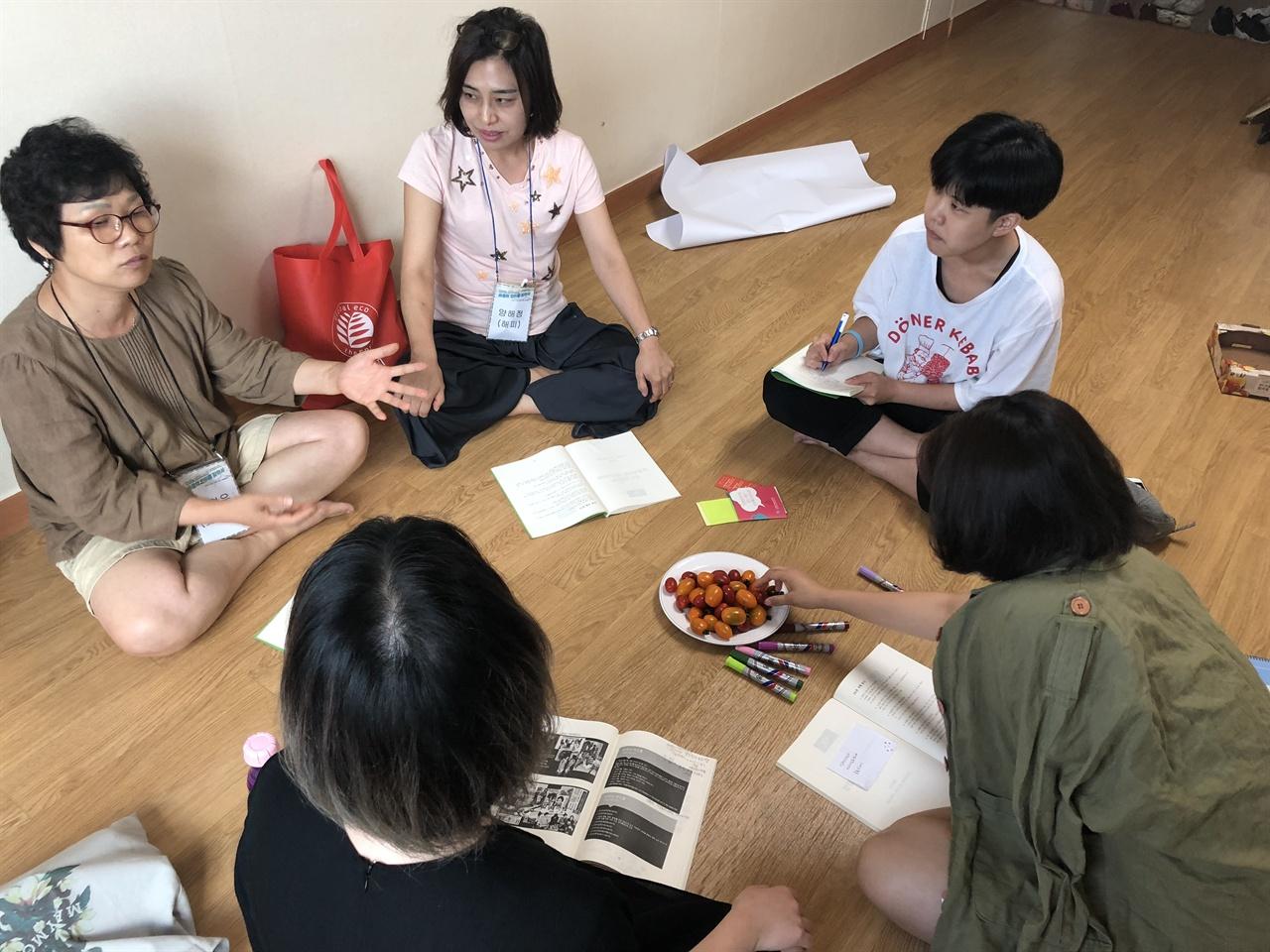 """[2018 페미-노동 캠프] 참여자들의 토론 모습 """"[2018 페미-노동 캠프] 일하는 페미니스트, 싸움의 언어를 찾아서"""" 에 참여한 참여자들이 토론을 진행하고 있다."""