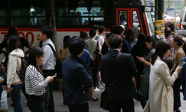 이날 저녁 퇴근시간. 서울 사당역 인근에서 시민들이 경기도 지역이 목적지인 광역버스를 기다리고 있다
