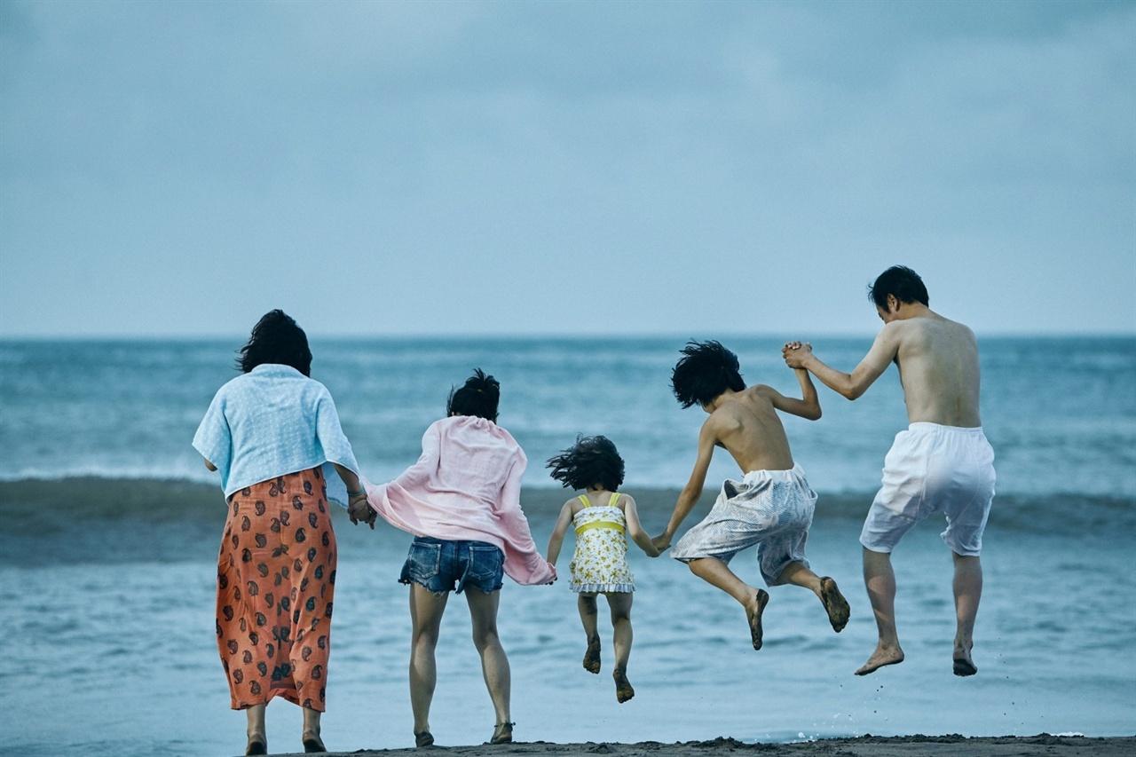 영화 <어느 가족>의 한 장면