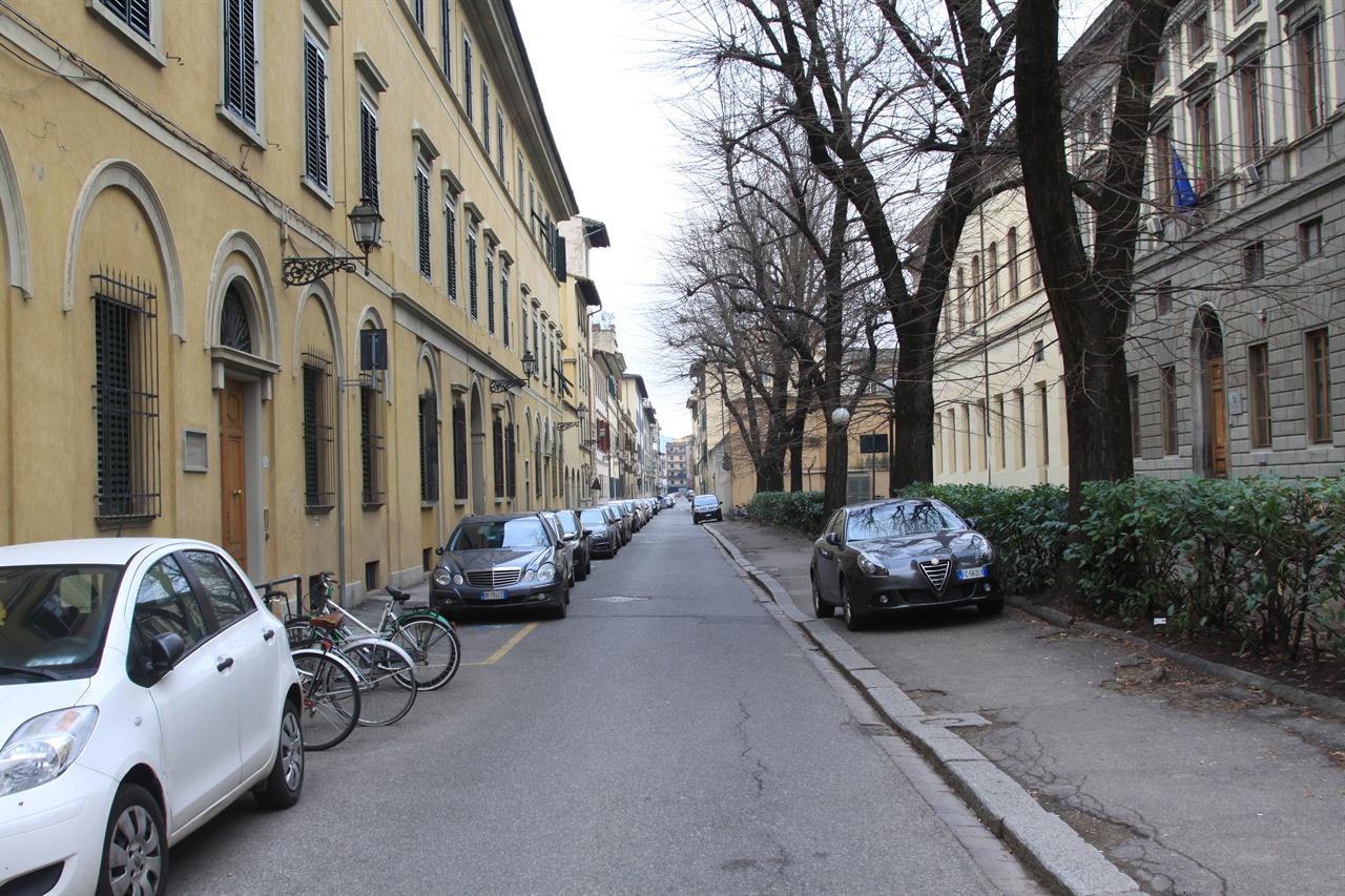 '피에타의 집'이 있었을 거라 추정되는 거리   왼쪽 건물은 피렌체 미술사 연구소로, 이 건물이 '피에타의 집'이었을 것으로 추정된다.
