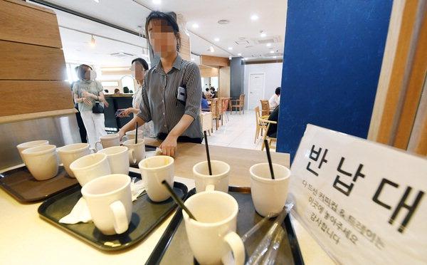 환경부가 2일부터 커피전문점 매장 내 일회용 컴 사용에 과태료를 부과한다. 하루 전인 1일 창원대학교 내 한 커피전문점에서 매장 내 고객에게는 머그잔만 권하고 있는 가운데 고객들이 마신 커피잔을 반납대로 가져다 놓고 있다.
