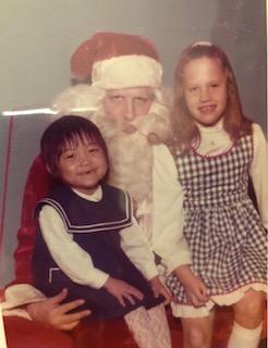 두 번째 입양된 가정에서 두 살 위의 언니와 함께 한 크리스마스 킴벌리 핸슨은 5살에 미국으로 입양되었으나 첫 입양가정에서 학대당한 뒤 파양되었다. 그러나 다행히 6살에 새로 입양된 가정에서 행복한 유년기를 보냈다.