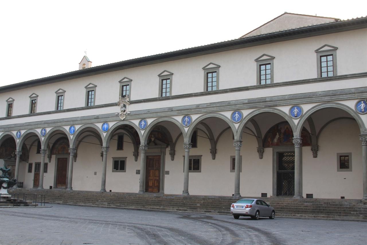 인노첸티 고아원(Ospedale degli Innocenti)   브루넬레스키가 설계 했으며, 1445년 설립된 최초의 고아원이다. 현재도 운영되고 있다.