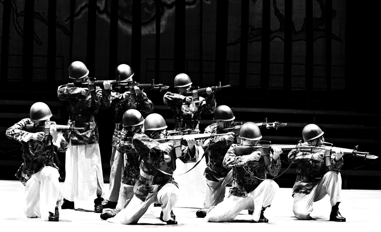 1마당 '그날의 기억'에서는 망월할매의 꿈속을 통해 5.18 광주민주화항쟁 당시 군인들의 총칼에 의해 억울하게 죽임을 당하는 아들과 남편의 모습을 재현해 보여 주었다.