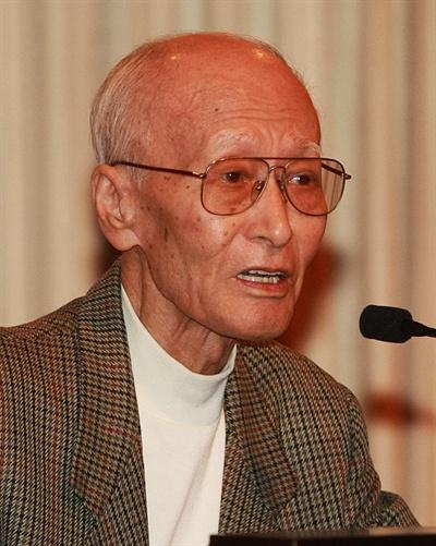 지난 2008년 12월 12일 오후 여의도 CCMM빌딩 서울시티클럽 우봉홀에서 열린 '제9회 방송인상 시상식'에서 방송공로부문을 수상한 한운사 작가가 소감을 말하고 있다.