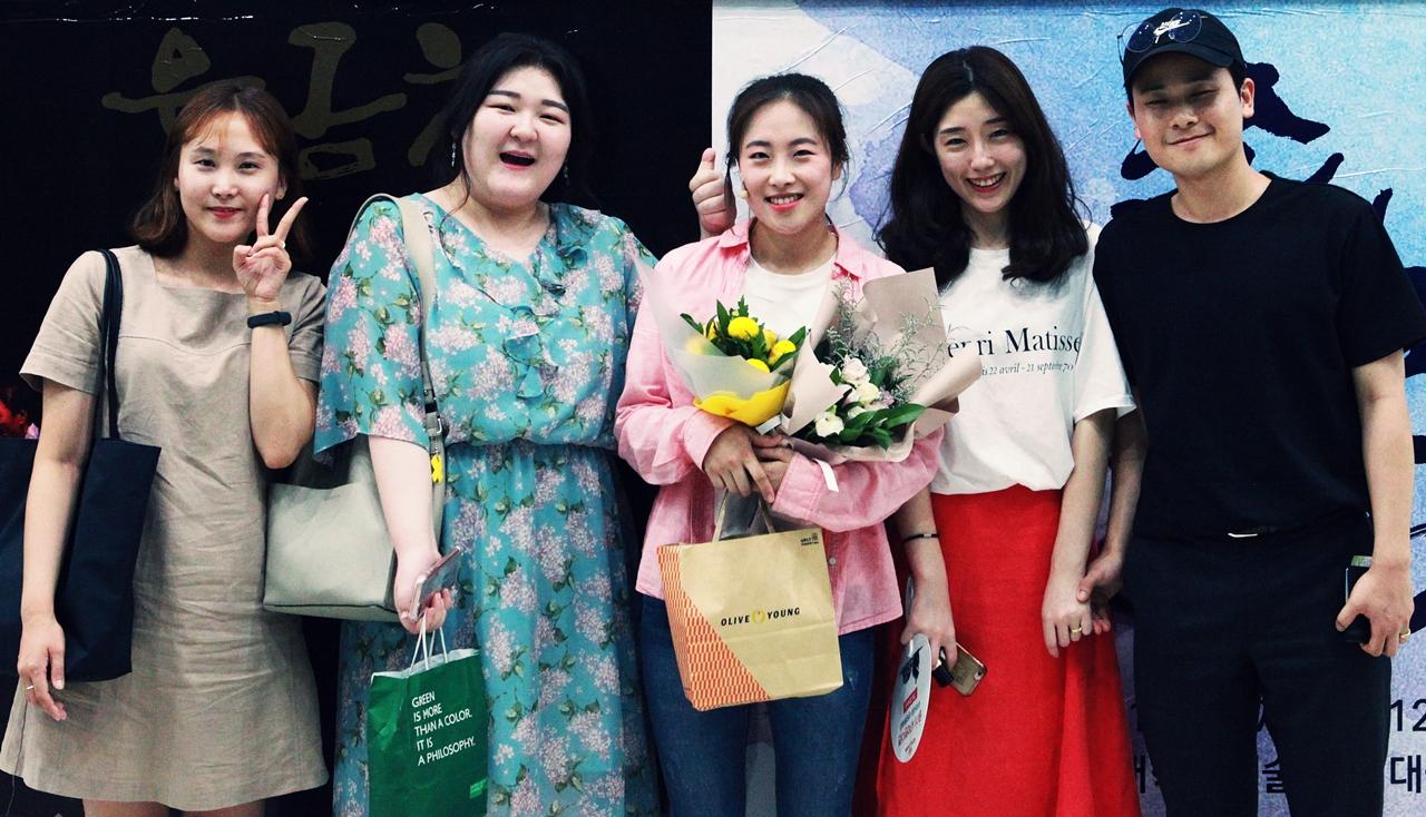 극중 '정다리'역을 맡은 배우 오은지(가운데)와 지인들 서울 영등포에 사는 조희수(맨 좌측)씨와 인천 서구에서 온 임도형(맨 우측)씨는 인터뷰를 통해 마당극을 본 자신들의 소감을 말했다.