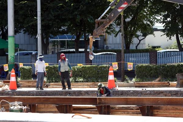 기록적인 폭염이 이어진 1일 광주 서구 농성동 한 건설현장에서 근로자들이 모자와 마스크 등으로 피부에 직접 닿는 열기를 막으며 작업하고 있다.