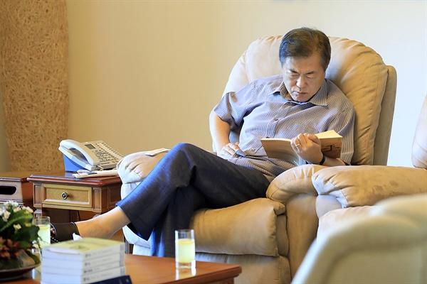 문재인 대통령이 2일 휴가중인 계룡대에서 독서를 하고 있는 모습.