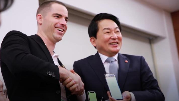 원희룡 제주도지사가 3일 로저버 비트코인닷컴 CEO를 만나 악수하고 있다.