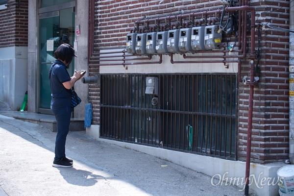김영애씨는 검침을 돌 때는 하루 평균 약 700~1000호를 방문한다. 전체 약 4600호를 돌아야 하고 검침이 끝나면 점검과 고지서 송달 업무를 해야 한다.