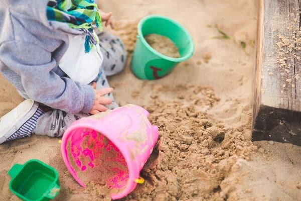 '공동육아'니 '발도르프'니 하는 육아 프로그램을 일부러 만들지 않아도 아이들은 흙 파고 풀 뜯고 돌 위를 오르내리며 스스로 놀이를 만들어갔다